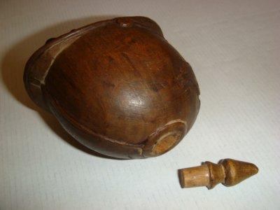 La tabatière est également une secouette, la pointe du casque se retire pour faire sortir le tabac à priser.