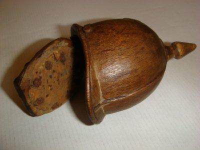 Intérieur de la tabatière rendue hermétique avec une rondelle de liège clouée à la base.