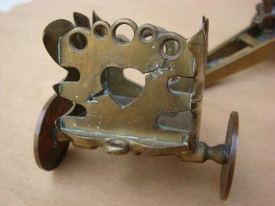 Détail de la remorque: l'arrière est découpé en forme de coeur percé d'une flèche.