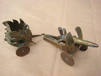 Briquet canon avec sa petite remorque porte-obus. Laiton et roues en pièces de monnaie.