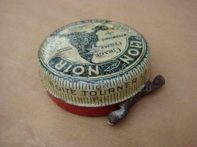 Briquet de poilu réalisé dans une boîte de cirage.
