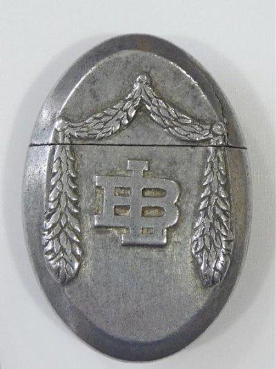 Verso du briquet, initiales LB