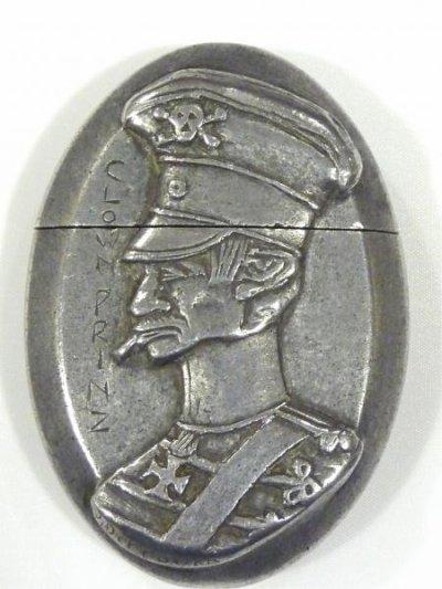 """Magnifique briquet caricature du Kronprinz en aluminium intitulé le """"Clownprinz"""" et signé P.Derrouch. Dimensions 7 x 5 x 1,9cm."""