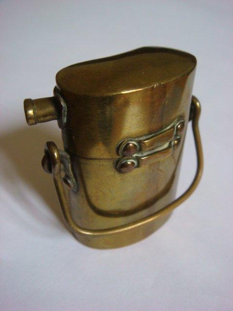 Briquet bouteillon en laiton avec rivets en cuivre.