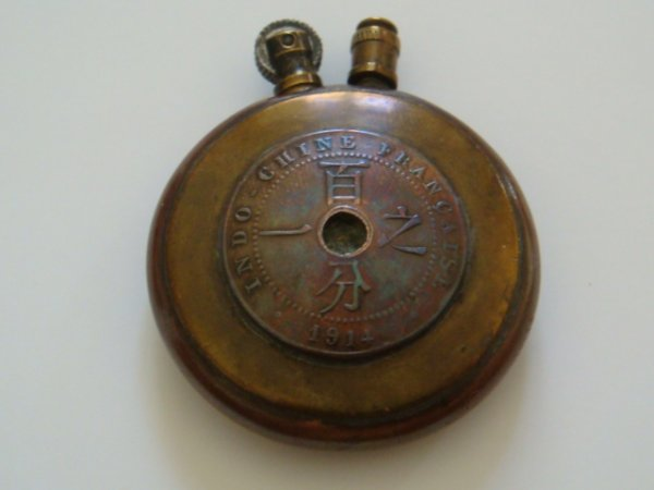 Briquet cuivre et laiton, souvenir de l'Indochine française. Pièce datée 1914.
