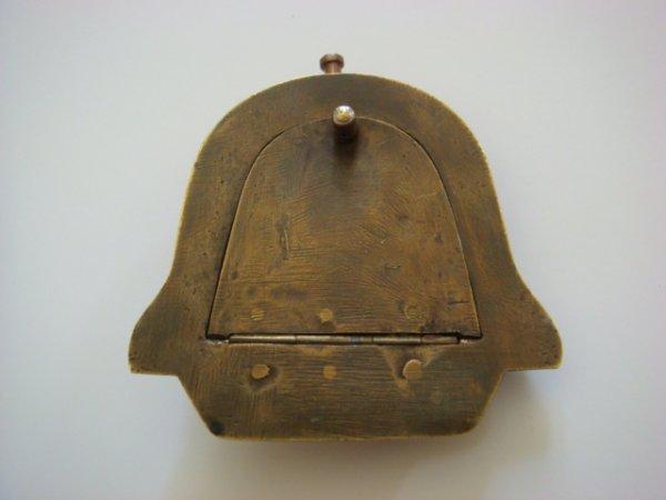 Verso du briquet calandre, système d'ouverture du briquet par bascule