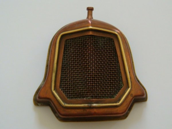Briquet de poilu en cuivre et laiton figurant une calandre de camion (Peugeot 1525) ou d'automobile (Ford T)