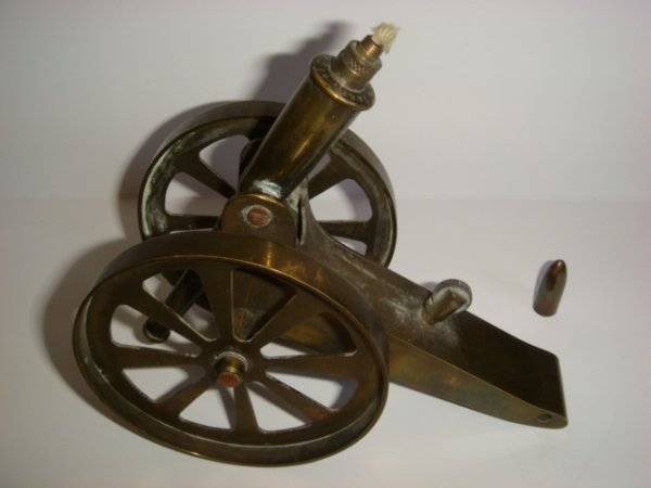 Briquet canon de 75 ouvert, le canon bascule vers l'avant pour une meilleure utilisation de la flamme.