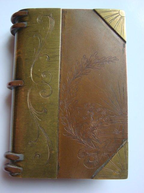 Briquet livre finement gravé, insigne de l'aéronautique.