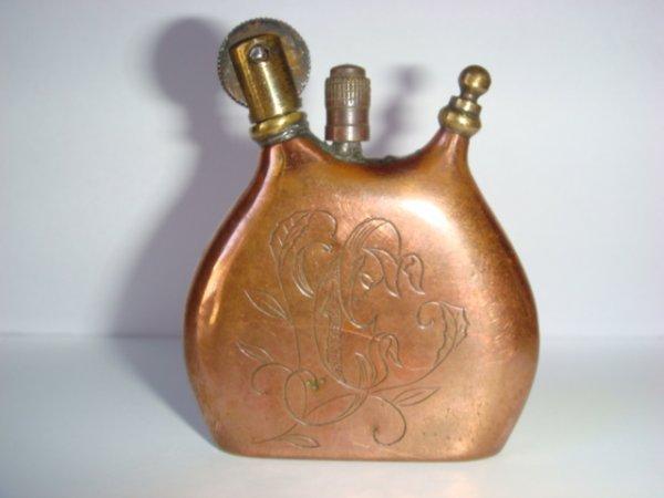 Briquet gourde en cuivre gravé d'un calice et d'une hostie