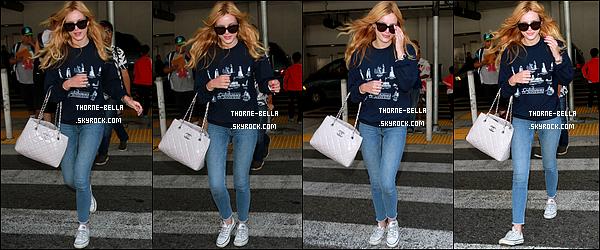 04/08/15 : Bella, toute au naturelle, et petit-copain Gregg ont été aperçus à l'aéroport LAX de Los Angeles. Finies les vacances pour nos deux tourtereaux. La tenue de Bella convient parfaitement pour un vol dans les airs. Donc rien à redire ![/font=Arial]
