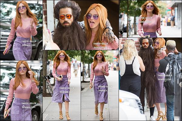 12/09/15 : Comme annoncé, nous retrouvons notre Bella se rendant au défilé de Jill Stuart, pour la Fashion Week. Je ne sais pas s'il y avait un thème particulier mais quoi qu'il en soit, je n'aime pas du tout sa tenue ! Mais c'est cool de la revoir en roux.[/font=Arial]