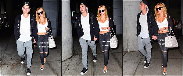 29/07/15 : Bella Thorne et son chéri Gregg ont été aperçus à l'entrée de l'aéroport LAX, dans Los Angeles. Sa tenue est trop jolie, j'adore ! Et je dois dire que je suis de plus en plus fan de ce couple ! Ils sont tellement mignons ensemble.[/font=Arial]