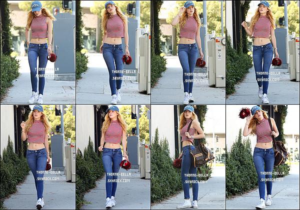 20/07/15 : La jolie actrice a été photographiée alors qu'elle se promenait dans les rues de Los Angeles. C'est arborant un grand sourire et dans une tenue décontractée que nous la retrouvons. D'ailleurs, j'aime bien, l'ensemble. Top ![/font=Arial]