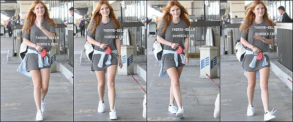 11/09/15 : Bella, de bonne humeur, a été repérée arrivant à l'aéroport LAX avec un de ses chiens, à Los Angeles. Elle s'envole pour New York afin d'assister à la Fashion Week. Sa maman l'a accompagné et Gregg, étant occupé, la rejoindra plus tard.[/font=Arial]
