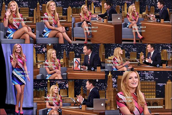 30/07/15 : Jolie Bella était l'invitée de l'émission The Tonight Show Starring Jimmy Falton, à New York City. L'actrice semblait passer un bon moment, c'est top. Quant à la tenue, elle est simple avec une petite touche d'originalité. J'aime ! [/font=Arial]