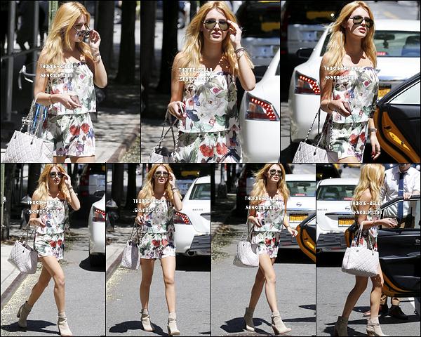 31/07/15 : En ce dernier jour de Juillet, les paparazzis ont repéré Bella T. quittant son hôtel, dans New York. C'est dans une robe parfaite pour la saison qu'elle a été photographiée. J'adore les motifs, cependant je n'aurais pas mis de bottes.[/font=Arial]