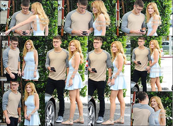 21/07/15 : Bella et son copain Gregg Sulkin quittaient le restaurant Cecconis qui se trouve à Los Angeles. L'actrice a oublié de porter un soutien-gorge cependant, elle est très jolie sans maquillage. Quant à la robe, elle est sympa. Top ![/font=Arial]