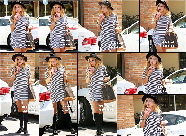 20/08/15 : C'est sous le soleil que Bella a été repérée se promenant avec une boisson glacée, dans Los Angeles. Pour cette sortie, Bella a opté pour de longues chaussettes montantes. Eh bien, moi je trouve ça très original et sympa. Un beau top ![/font=Arial]