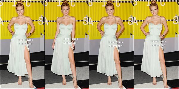 30/08/15 : Jolie Annabella était invitée à la cérémonie des Video Music Awards qui s'est déroulée à Los Angeles. C'est au bras de son chéri que nous la retrouvons posant sur le red-carpet. Pas de surprises concernant la robe. (Cf : article du dessous)[/font=Arial]