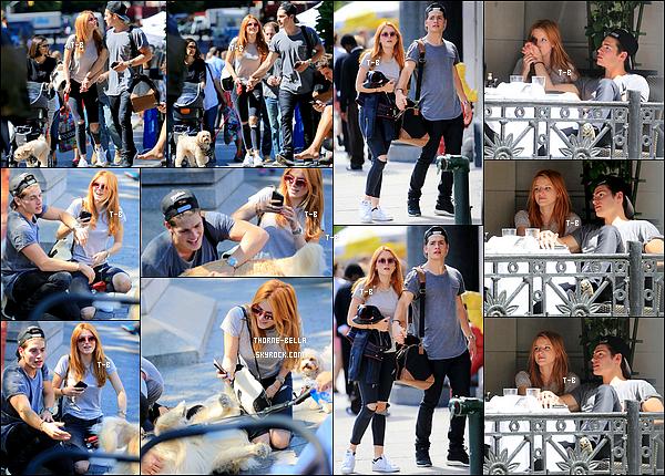 28/09/15 : Bella et son acolyte Gregg ont été repérés profitant l'un de l'autre dans les rues de New York City. Bella était vraiment magnifique ce jour là. Sa tenue est très jolie et parfaite pour la journée. Ils avaient l'air de bien s'éclater aussi. Top![/font=Arial]
