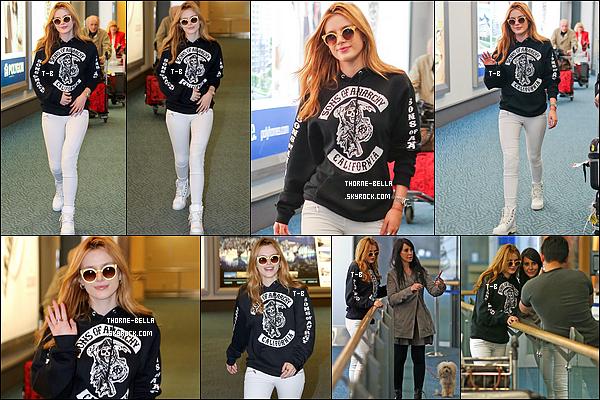"""29/09/15 : Notre actrice a été aperçue par les papz dès son arrivée à l'aéroport international de Vancouver. Ca y est, le tournage du film """"Midnight Sun commence enfin pour une durée d'un mois. J'espère qu'on aura quelques photos du set.[/font=Arial]"""
