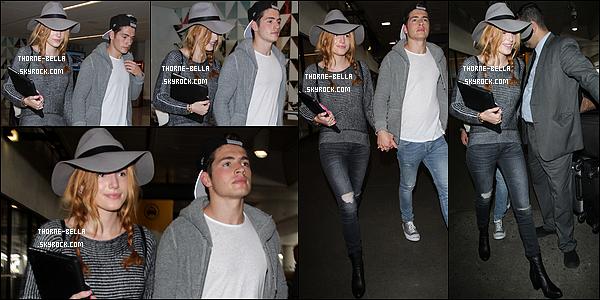 23/09/15 : Miss Bella et son acolyte Gregg ont été vus à l'aéroport LAX après leur séjour à Londres pour la FW. Finies les vacances pour l'actrice qui doit se remettre au boulot. En effet, elle va bientôt se rendre sur le set de Midnight Sun. Hâte ?[/font=Arial]