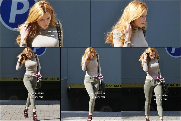 01/10/15 : Des paparazzis ont repéré notre chère Bella alors qu'elle se promenait dans les rues de Vancouver. La tenue est sympa en général seulement je ne suis pas fan du pull qui fait trop ressortir sa poitrine.. C'est fort dommage ! Des avis ?[/font=Arial]