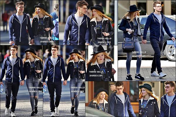 05/10/15 : Bella et Mr-le-pot-de-colle ont été aperçus se baladant dans les rues de Vancouver, au Canada. La tenue de Bella est sombre pour le coup mais j'aime bien, ça reste simple. J'aime aussi qu'elle porte un chapeau. Très beau top ![/font=Arial]
