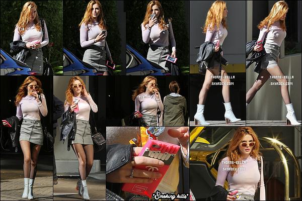 """03/10/15 : La jeune Bella a été photographiée profitant du bon temps dans les rues de Vancouver, au Canada. Dans la même journée, elle était avec Scott Speer, le directeur du film """"Midnight Sun"""". J'espère qu'on aura quelques photos sur le set ![/font=Arial]"""