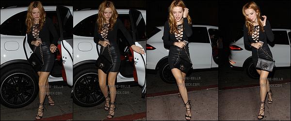 08/10/15 : Le soir, notre Bella s'est rendue au restaurant Beso où elle a fêté son anniversaire, dans Hollywood. Tenue encore black pour l'actrice. Ca lui va bien. Je la trouve très chic lors de cette soirée. Qu'en penses-tu toi ? Un top ou un flop ?[/font=Arial]