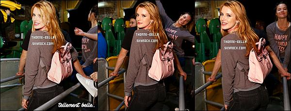 """11/10/15 : Bella, Gregg et ses amis présents à la soirée d'anniv se sont rendus au Six Flags, à Midtown. Tout le monde portait un pull avec écrit """"Happy Birthday Biatch"""", je trouve cela très amusant. Sa tenue est simple mais confortable.[/font=Arial]"""
