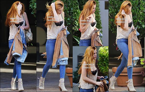 23/10/15 : Bella a été photographiée par les paparazzis alors qu'elle se promenait dans les rues de Vancouver. J'adore sa tenue seulement il y a un petit problème : c'est beaucoup trop décolleté. On voit carrément son soutif ! Pas très classe ça..[/font=Arial]