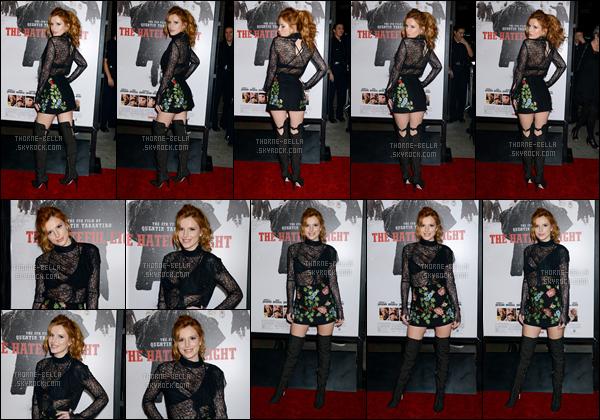 07/12/15 : Notre actrice s'est rendue à la première du film The Hateful Eight qui s'est tenue à Los Angeles. C'est dans une tenue plutôt sombre qu'elle a décidé de s'y montrer. Cela serait-il en rapport avec le genre du film ? Peut-être hein.[/font=Arial]
