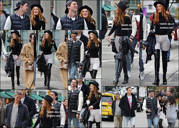 24/10/15 : Bella ainsi que son co-star Patrick S. ont été repérés se promenant dans les rues de Vancouver. La tenue est sympa dans l'ensemble, elle lui va bien. Y a juste les bottes dont je suis pas trop fan. Ca reste tout de même un top ! [/font=Arial]