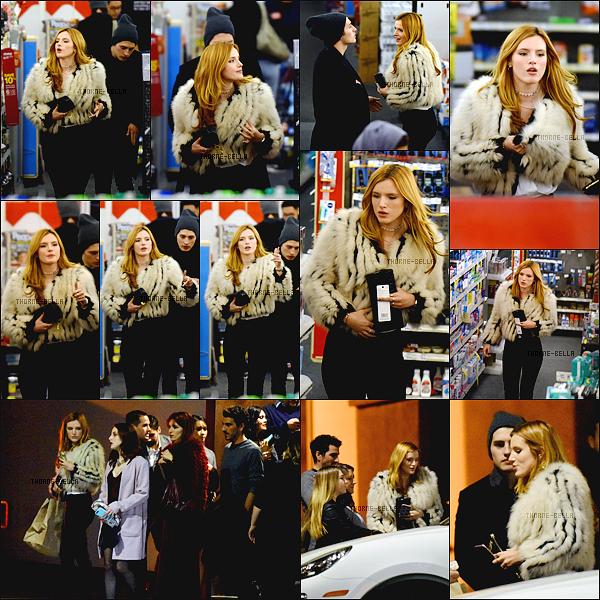 31/12/15 : Notre magnifique Bella a été vue avec Gregg et quelques amis dans une supérette de Los Angeles Après avoir fait des rapides achats de dernières minutes, elle s'est rendue à une soirée pour fêter la nouvelle année avec Gregounet.[/font=Arial]