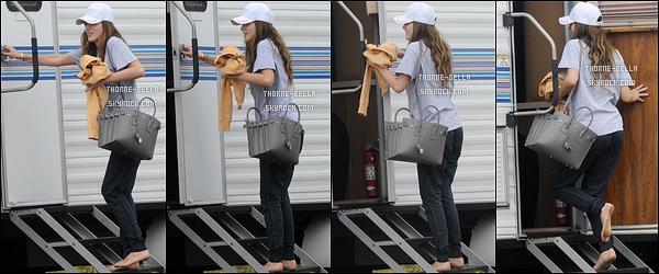 05/05/16 : Bel' a encore été vue sur le tournage de son nouveau film You Get Me mais à Santa Monica cette fois. BellaThorne portait encore une tenue décontractée ainsi qu'une casquette blanche. J'aime assez bien. C'est donc un joli top pour elle ![/font=Arial]