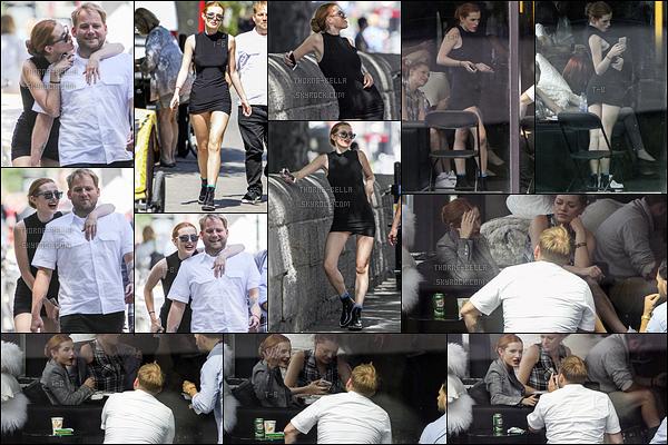 09/08/16 : Bella Thorne a été photographiée en compagnie d'amis dans les rues et dans un café de Montréal. Elle semblait de bonne humeur pour notre plus grand plaisir. Pour la tenue, j'aime beaucoup sa petite robe noire qui marque sa taille.[/font=Arial]