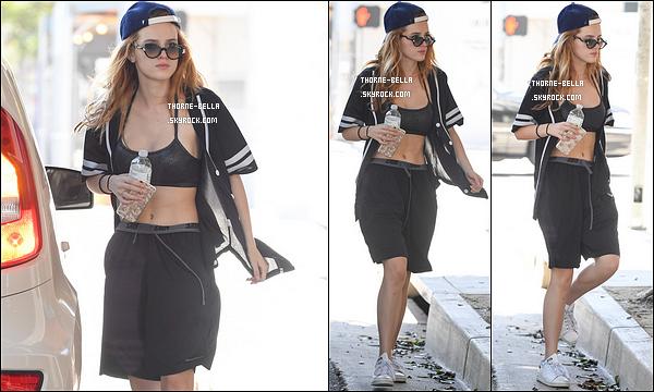 18/08/16 : Miss Bella a été repérée par les paparazzis alors qu'elle se baladait dans les rues de Santa Monica. Je ne suis pas très fan de sa tenue, surtout du short cependant ça lui va bien. De plus, elle n'avait pas l'air d'être de bonne humeur...[/font=Arial]