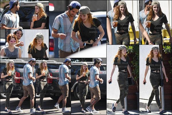 28/09/16 : Bella, Tyler  et des amis ont été vus alors qu'ils se baladaient avant d'aller déjeuner, à Los Angeles . Il n'y a plus aucun doute, les deux sont bel et bien ensemble. Je la préférais avec Gregg mais tant qu'elle est heureuse, c'est le principal.[/font=Arial]
