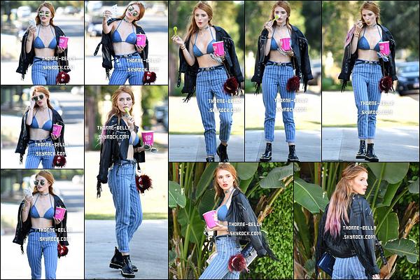 26/06/16 : B', d'excellente humeur, a été vue alors qu'elle mangeait une glace dans les rues de Los Angeles. Je ne suis pas fan de sa tenue. Cependant, elle la porte bien et j'adore ses cheveux. Qu'en pensez-vous ? Est-ce un top ou un flop ?[/font=Arial]
