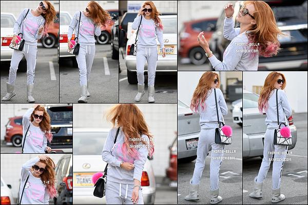 18/06/16 : Bella T. a été aperçue à la sortie du coiffeur où elle s'est fait des pointes roses, dans Beverly Hills. L'actrice s'est fait plaisir en changeant un peu ses cheveux. J'aime beaucoup, ça rend bien sur elle. Et vous, vous aimez ? Un top ?[/font=Arial]