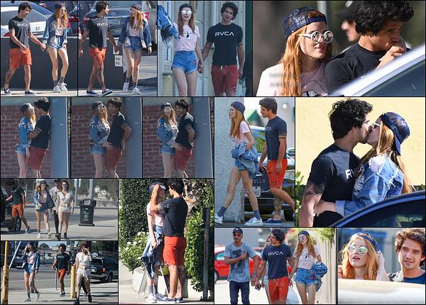 02/10/16 : B' ainsi que son copain, sa soeur et un ami ont été vus se promenant dans les rues de Los Angeles. C'est de plus en plus collés serrés que nous retrouvons notre nouveau couple phare. Quant à la tenue de Bella, j'aime bien. Un top ![/font=Arial]