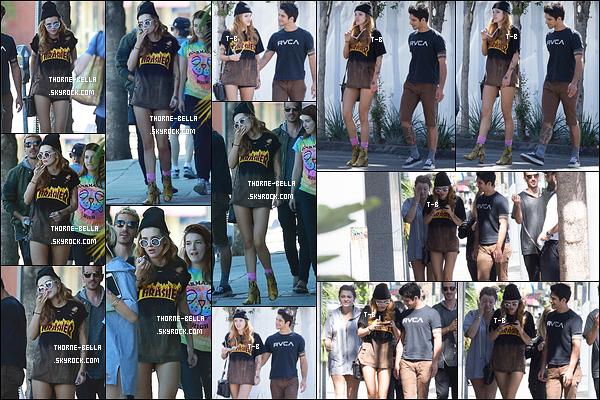 09/10/16 : Bella, Tyler et des amis ont été aperçus alors qu'ils se promenaient dans les rues de Los Angeles. Je n'aime pas la tenue de Bella, qui fait un peu trop rock à mon goût. De plus, on dirait qu'elle s'habille en fonction du style de Tyler...[/font=Arial]