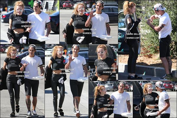 11/10/16 : Bella et son cher et tendre Tyler se sont rendus au Jinky's Studio Cafe afin d'y déjeuner à Studio City. Total look noir pour l'actrice. J'aime bien sa tenue, il n'y a pas de faute de goût. J'aime cependant un peu moins les chaussures. Avis ?[/font=Arial]