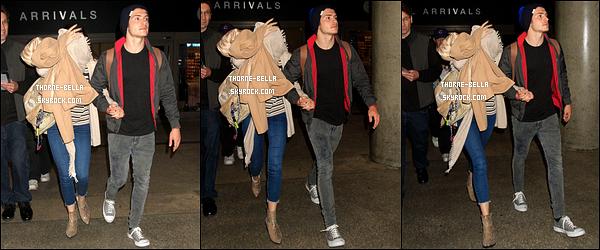 03/06/16 : Bella Avery Thorne, accompagnée de Gregg, a été aperçue à l'aéroport LAX, situé à Los Angeles. Ce jour là, l'actrice jouait à cache-cache avec les paparazzis. Du coup, on ne voit pas beaucoup sa tenue mais elle a l'air très sympa.[/font=Arial]