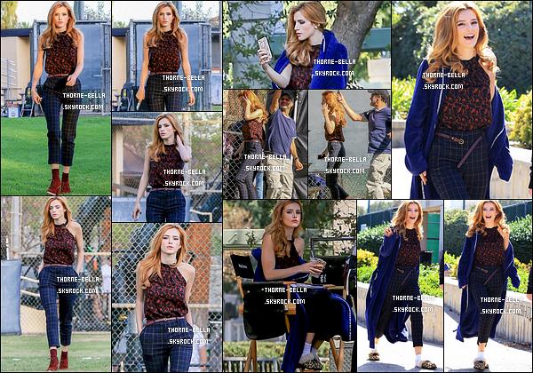 18/10/16 : Bella, toute souriante, a été aperçue sur le set de sa nouvelle série, Famous In Love, à Los Angeles. J'adore la tenue qu'elle porte ! Elle lui va extrêmement bien. Top! + Vivement avril pour découvrir cette série! Vous avez hâte de la voir?[/font=Arial]