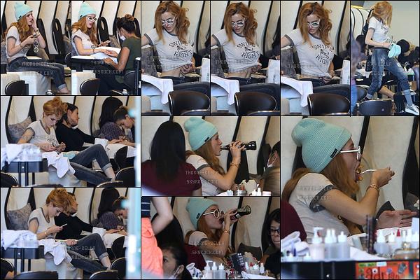 21/10/16 : Miss Bella Thorne a été repérée par les paparazzis au Nail Garden, dans Incino, à Los Angeles. J'aime bien la tenue qu'elle porte, c'est plutôt joli. Par contre, je ne m'habitue toujours pas à son percing au nez. Chacun ses goûts.[/font=Arial]