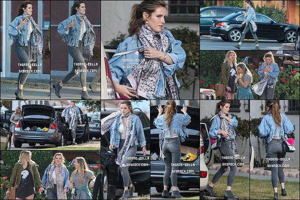 20/05/16 : Bella et deux de ses amies ont été repérées par les paparazzis dans les rues de Los Angeles. J'aime beaucoup la tenue que l'actrice porte. Elle est simple mais efficace. Ca fait également plaisir de la voir souriante, comme ça.[/font=Arial]