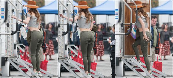 18/05/16 : La très chère Bella a été vue arrivant sur le set de son prochain film, You Get Me, dans Los Angeles. L'actrice se cachait à l'aide d'un chapeau. Concernant la tenue, c'est simple, les couleurs s'accordent, c'est donc un top pour ma part.[/font=Arial]